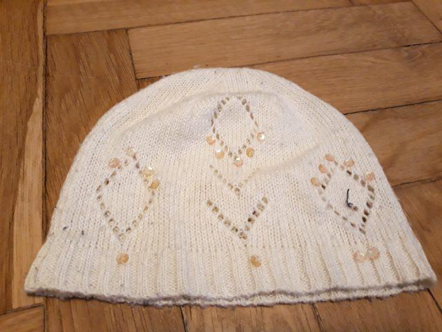 6) Biała czapka z cekinami  (do odbioru do 01.02.2019)