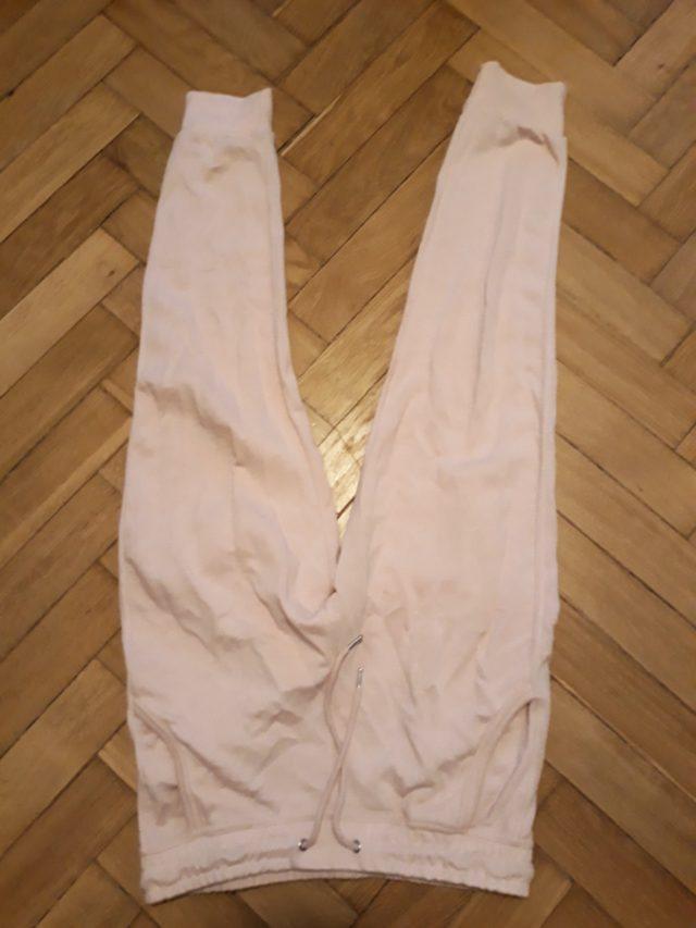 11) Różowe spodnie dresowe  (do odbioru do 01.02.2019)
